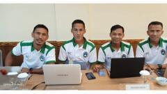 Indosport - Empat mantan pemain Timnas Indonesia, Zulkfili Syukur, Ambrizal, Muhammad Nasuha, dan Taufik Kasrun tengah mengikuti kursus kepelatihan Lisensi B AFC di Denpasar, Bali.