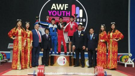Rizky Juniansyah berhasil memecahkan rekor dunia di Kejuaran Angkat Besi Asia 2020. - INDOSPORT