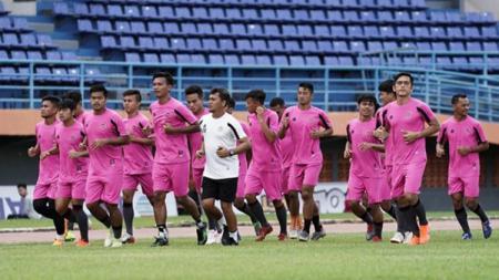 Manajemen Sulut United menunjukkan sikap yang tegas terhadap kondisi finansial selama terhentinya Liga 2 2020. Mereka tetap akan memangkas gaji para pemain, pelatih, dan staf. - INDOSPORT