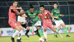 Indosport - Aksi penggawa Madura United, Emmanuel Oti saat ditempel ketat bek Persija di Piala Gubernur Jatim.