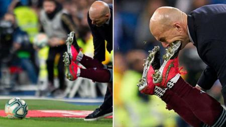 Pelatih klub LaLiga Spanyol, Real Madrid, Zinedine Zidane terkena tendangan dari pemain Celta Vigo, Joseph Aidoo - INDOSPORT