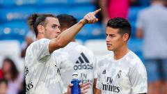 Indosport - Dua penggawa klub Liga Spanyol Real Madrid, Gareth Bale (kiri) dan James Rodriguez berbincang di sela-sela latihan