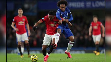 Duel antara pemain Chelsea, Willian (kanan) dengan pemain Manchester United, Anthony Martial di babak pertama Liga Inggris 2019-2020 - INDOSPORT