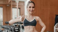 Indosport - Cinta Laura membagikan tips membentuk otot perut.