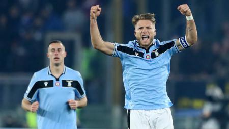 Bomber Lazio, Ciro Immobile (kanan), menjadi salah satu striker yang bisa didatangkan AC Milan dari hasil penjualan Romagnoli. - INDOSPORT