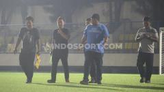 Indosport - Perwalikan PT LIB didampingin panpel PSIS melakukan pengecekan sebagai proses verifikasi Stadion Citarum menjelang kick-off Lga 1 2020, Senin (17/2/20)