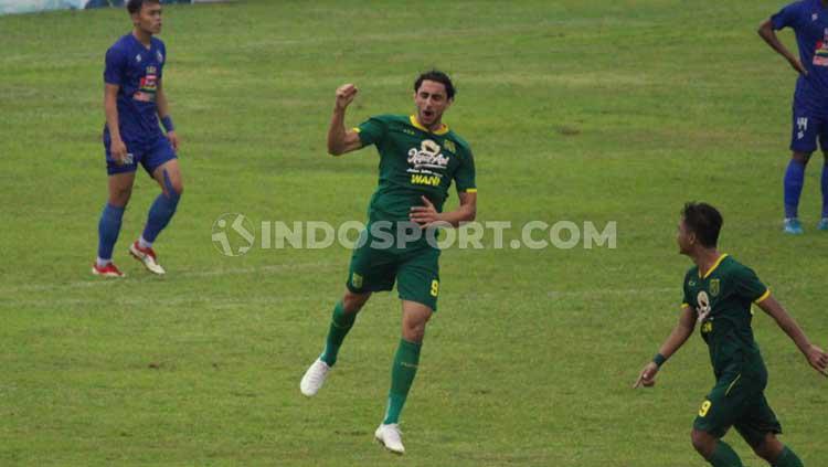 Selebrasi Mahmoud Eid gol ketiga sebelum peluit wasit di bunyikan babak pertama. Copyright: Fitra Herdian/INDOSPORT