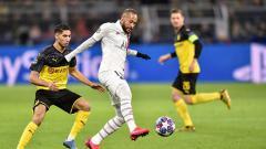 Indosport - Pemain megabintang PSG, Neymar Jr (tengah) dibayang-bayangi oleh bek Borussia Dormtund, Achraf Hakimi dalam pertandingan babak 16 besar Liga Champions 2019-2020 leg pertama di Signal Iduna Park