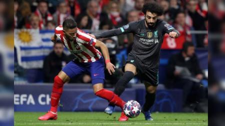 Renan Lodi (kiri) menjaga pergerakan Mohamed Salah pada pertandingan babak 16 besar Liga Champions antara Atletico Madrid vs Liverpool, Rabu (19/02/20) dini hari WIB. - INDOSPORT