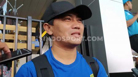 Pelatih fisik klub Liga 1 Persib, Yaya Sunarya di Bandara Husein Sastranegara, Kota Bandung, Selasa (18/02/2020). - INDOSPORT
