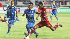 Indosport - Nanang Asripin (Persis) melawan Henhen Herdiana (Persib).
