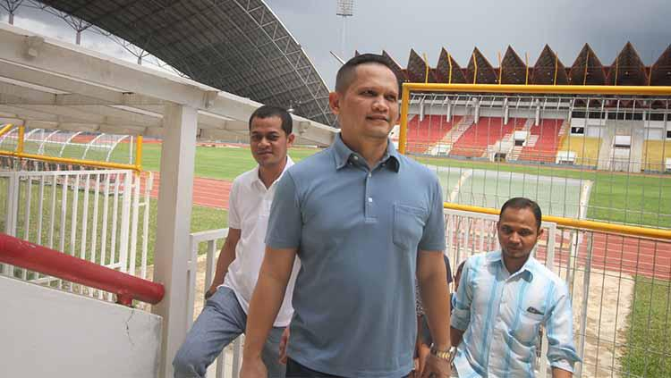 Presiden Persiraja, Nazaruddin Dek Gam, saat meninjau langsung kesiapan Stadion Harapan Bangsa, Selasa (18/2/2020). Copyright: Media Officer Persiraja