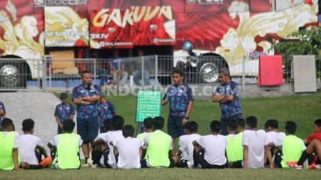 Timnas Indonesia U-16 hari ini memulai pemusatan latihan di Stadion Patriot Candrabhaga. Dalam pemusatan latihan kali, tim besutan Bima Sakti dilakukan dalam pengawasan protokol kesehatan yang sangat ketat. - INDOSPORT