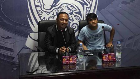 Pelatih Sulut United, Ricky Nelson (kiri), dan playmaker Nathanael Siringo-ringo menghadiri sesi jumpa pers pasca laga uji coba melawan Borneo FC. - INDOSPORT