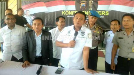 Kombes Pol Budi Haryanto ketika memberi keterangan kepada awak media soal dibentuknya Satgas Anti Mafia Bola di Wilayah Hukum Jawa Tengah. - INDOSPORT