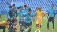 Indosport - Pemain klub Liga 2, Sriwijaya FC tengah melakukan latihan fisik.
