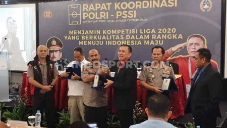 Induk federasi sepak bola (PSSI) untuk pertama kalinya menggelar rapat kordinasi dengan pihak kepolisian. Hal ini untuk persiapan kick off Liga 1 2020. - INDOSPORT
