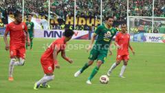 Indosport - Pemain Persebaya Surabaya, Mahmoud Eid menyampaikan permintaan maaf melalui instastory Instagram setelah melakukan selebrasi berbau provokasi di pertandingan Final Piala Gubernur Jatim 2020.