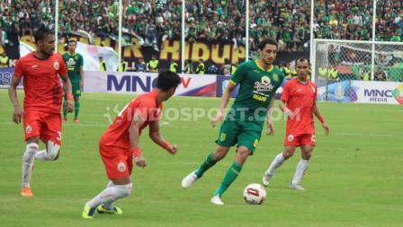 Pemain Persebaya Surabaya, Mahmod Eid (kedua kanan) mencoba melewati pertahan Persija Jakarta pada babak final Piala Gubernur Jatim 2020 di Stadion Gelora Delta Sidoarjo, Kamis (20/02/20).