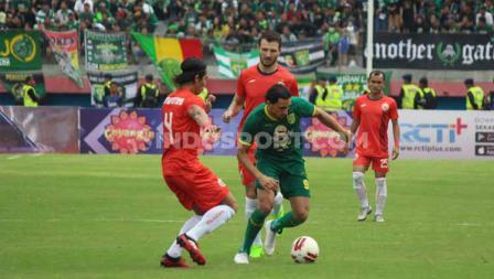 Pemain Persebaya Surabaya, Mahmod Eid (tengah) dihadang dua pemain Persija Jakarta pada babak final Piala Gubernur Jatim 2020 di Stadion Gelora Delta Sidoarjo, Kamis (20/02/20).