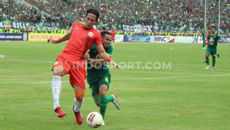 Pemain Persija, Ryuji Utomo (kiri) menghalangi pergerakan pemain Persebaya, Oktavianus Vernando pada babak final Piala Gubernur Jatim 2020 di Stadion Gelora Delta Sidoarjo, Kamis (20/02/20).