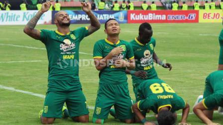 Selebrasi pemain Persebaya, David da Silva bersama rekan-rekannya usai mencetak gol ke gawang Persija pada babak final Piala Gubernur Jatim 2020 di Stadion Gelora Delta Sidoarjo, Kamis (20/02/20).