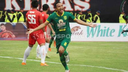 Selebrasi pemain Persebaya, Oktavianus Vernando usai mencetak gol menit ke-3 ke gawang Persija Jakarta pada babak final Piala Gubernur Jatim 2020 di Stadion Gelora Delta Sidoarjo, Kamis (20/02/20).