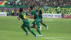 Indosport - Pemain Persebaya, Mahmoud Eid melakukan selebrasi usai mencetak gol keempat ke gawang Persija pada final Piala Gubernur Jatim 2020 di Stadion Gelora Delta Sidoarjo, Kamis (20/02/20).