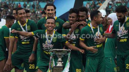 Para pemain Persebaya Surabaya berselebrasi usai keluar sebagai juara Piala Gubernur Jatim 2020 di Stadion Gelora Delta Sidoarjo, Kamis (20/02/20). - INDOSPORT