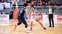 Indosport - Point guard timnas basket Indonesia, Andakara Prastawa (kanan)