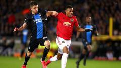 Indosport - Striker Manchester United, Anthony Martial (kanan) mendapat penjagaan ketat dari bek tengah Club Brugge, Brandon Mechele dalam pertandingan babak 32 besar Liga Europa 2019-2020.