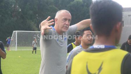 Dragan Djukanovic ketika memimpin latihan terakhir PSIS jelang laga uji coba lawan Sriwijaya FC. - INDOSPORT