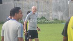 Indosport - Pelatih klub Liga 1 PSIS, Dragan Djukanovic ketika memimpin latihan. Ia berencana mengumpulkan para pemainnya untuk kembali berlatih bulan Juli mendatang untuk menyambut kompetisi