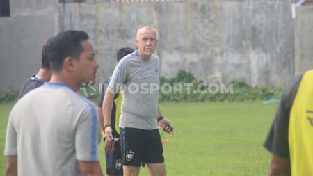 Pelatih PSIS Semarang, Dragan Djukanovic, mengomentari ketiadaan I Komang Putra ketika menghadapi Arema FC pada pekan ketiga Liga 1 2020. - INDOSPORT