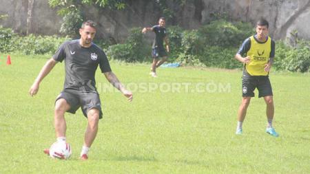 Flavio Beck Jr. ketika memberi umpan pada latihan rutin PSIS Semarang menjelang Liga 1 2020. - INDOSPORT