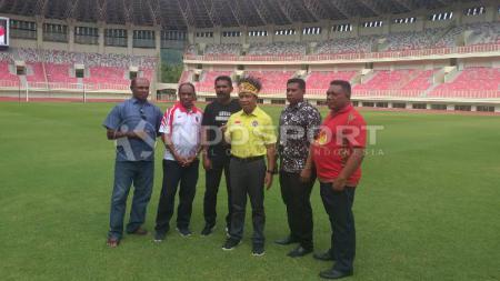 Legenda klub Liga 1 Persipura (dari kiri ke kanan): Yafet Sibi, Rully Nere, Eduard Ivakdalam, Ronny Wabia dan Chris Leo Yarangga saat berfoto bersama Menpora RI, Zainudin Amali (tengah) di Stadion Papua Bangkit - INDOSPORT