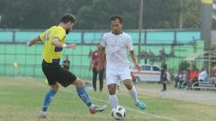 Indosport - Bek senior PSMS Medan, Syaiful Ramadhan (baju putih), dalam laga uji coba menjelang kick-off Liga 2 2020.