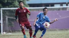 Indosport - Gelandang PSIM Yogyakarta, Ichsan Pratama melepas umpan dalam uji coba melawan Timnas PPLM Indonesia di Lapangan Dwi Windu, Bantul, Jumat (21/02/20). PSIM menang 2-0.