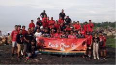 Indosport - Para pemain, pelatih dan suporter saat melakukan foto bersama usai acara Bali United Beach Clean Up di Pantai Purnama Gianyar, Jumat (21/2/20). Foto: Nofik Lukman Hakim