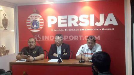 Presiden Persija Jakarta, Mohamad Prapanca, bersama Ketua Umum The Jakmania Dicky Soemarno terkait acara launching tim menjelang kick-off Liga 1 2020. - INDOSPORT