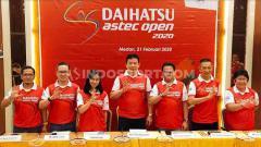 Indosport - Alan Budikusuma (tegah) hadir dalam temu pers turnamen bulutangkis Daihatsu Astec Open (DAO) 2020 Medan, Jumat (21/2/2020).