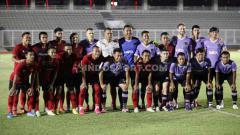 Indosport - Skuat Persita Tangerang saat uji coba melawan Timnas Indonesia di Stadion Madya Senayan, Jumat (21/02/20).
