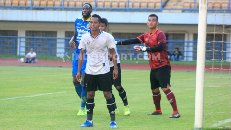 Abduh Lestaluhu saat pertandingan uji coba menghadapi Persib Bandung di Stadion GBLA, Kota Bandung, Jumat (21/02/20). Copyright: Arif Rahman/INDOSPORT