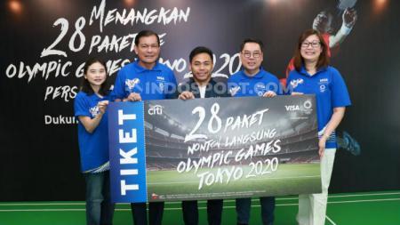 Eko Yuli (tengah) di acara  media briefing Olympic Games Tokyo 2020, Jumat (22/02/20). - INDOSPORT
