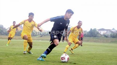 Pemain PSIS Semarang, Jonathan Cantillana membawa bola dan dikepung pemain Sriwijaya FC. - INDOSPORT