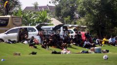 Indosport - Tidak ada bench pemain, para staff oficial dan pemain PSIS memanfaatkan mobil dalam laga lawan Sriwijaya FC.