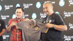 Indosport - Konsep monokrom membuat tampilan jersey Arema FC kini lebih klimis dengan brand iklan yang tak lagi berwarna-warni untuk Liga 1 2020.
