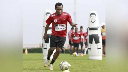 Striker mungil nan lincah, Ferinando Pahabol telah memutuskan kembali berseragam klub Persipura Jayapura di kompetisi Liga 1 2020. - INDOSPORT