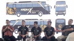 Indosport - Dendi Santoso dan Johan Ahmat Farizi mengaku lebih bangga setelah dipastikan menaiki bus berdesain khusus dengan gambar logo Arema FC, pada kompetisi Liga 1 2020 nanti.