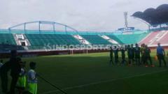 Indosport - Konsisten boikot, tribun Stadion Maguwoharjo kosong mlompong di laga PSS Sleman lawan Persipura.